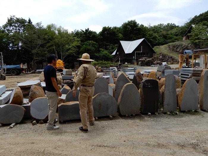採石場に並ぶ伊達冠石