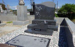 洋型墓石に桜の花びら