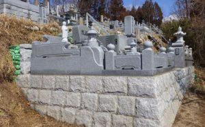 石垣の上にお洒落な洋型のお墓を施工